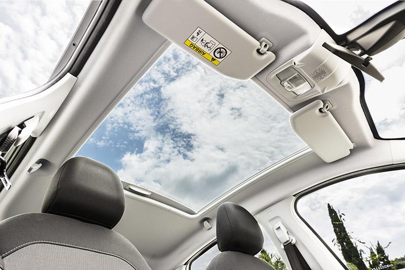 Peugeot 208: belo teto panorâmico