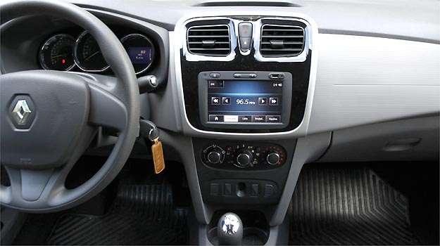 Renault Logan 1.0 com interior moderno