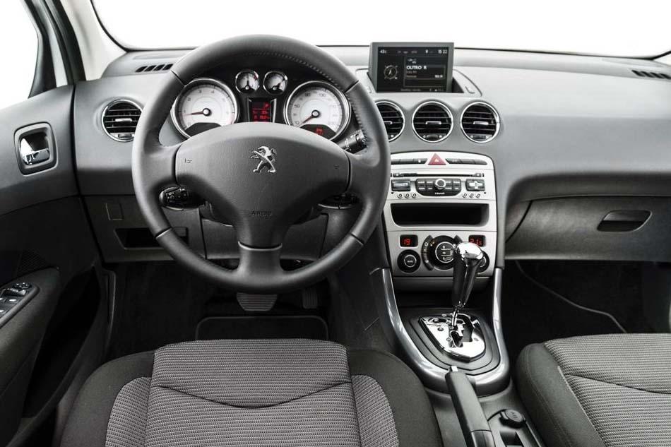 Peugeot 308: interior amplo apenas na dianteira